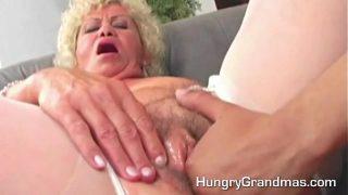 Granny gives a good old blowjob