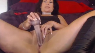 Dirty talking mature housewife fucks horny pussy